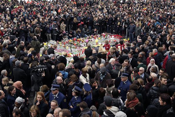 Bruxelas faz um minuto de silêncio  em homenagem às vítimas dos atentados que deixaram mais de 30 mortos e 250 feridos. Foto: Kenzo Tribouillard/AFP  -
