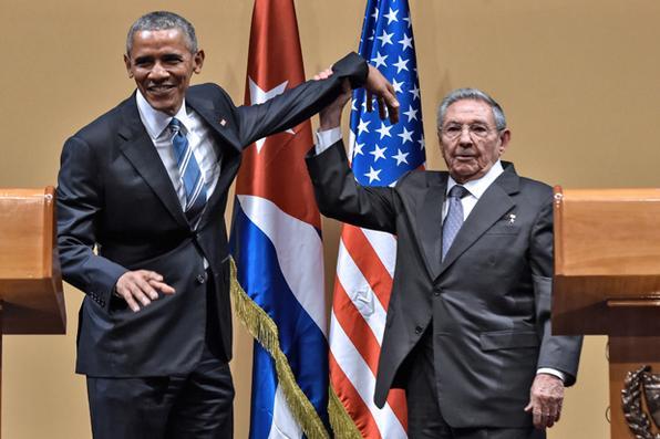 Presidente dos EUA, Barack Obama e o presidente de Cuba, Raúl Castro se encontram no Palácio da Revolução , em Havana , em 21 de março de 2016. AFP PHOTO / NICHOLAS KAMM / AFP /  -
