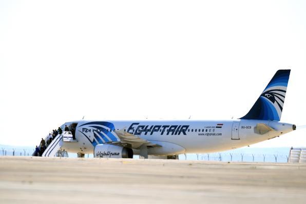 Passageiros deixam a aeronave EgyptAir Airbus A-320 na pista do aeroporto de Larnaca depois que foi sequestrado e desviado para Chipre./ AFP / GEORGE MICHAEL  - AFP / GEORGE MICHAEL