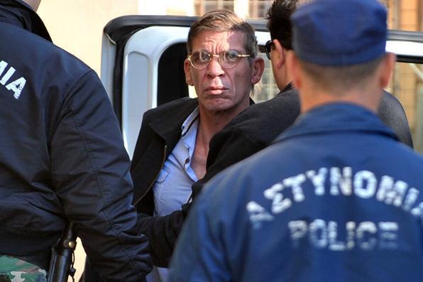 Seif al-Din Mohamed Mostafa, homem que seqüestrou um avião de passageiros EgyptAir é trazido pela polícia ao tribunal em Larnaca. Foto: George Michael/AFP  -