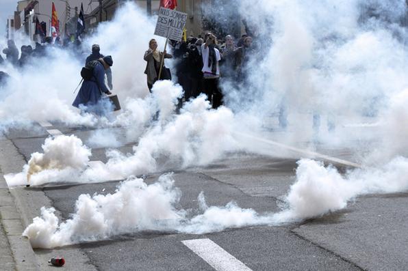 Polícia francesa utiliza bombas de gás lacrimogêneo  durante protesto contra projeto de lei trabalhista. Foto: Jean-Francois Monier/AFP  -
