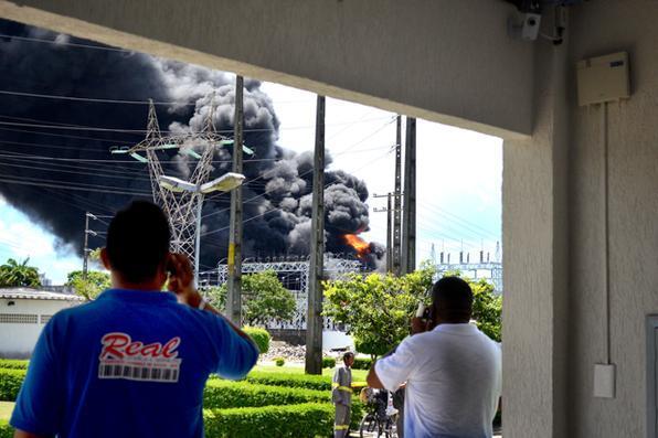 Forte explosão e uma grande nuvem de fumaça foram vistas a quilômetros de distância.Foto: Malú Cavalcanti/Esp. DP -