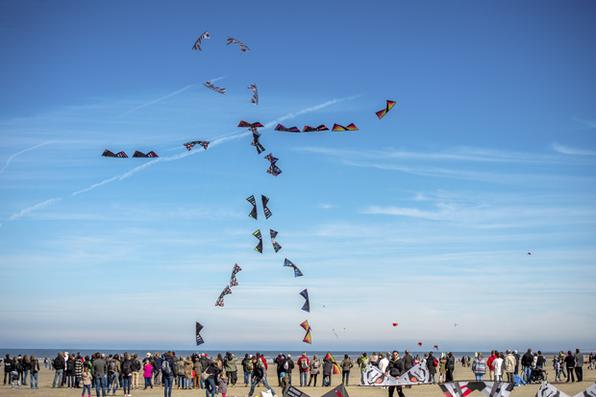 Pessoas empinam pipas durante o Festival 30 Kite Internacional de Berck -sur- Mer , no norte da França . / AFP PHOTO / PHILIPPE HUGUEN - AFP PHOTO / PHILIPPE HUGUEN