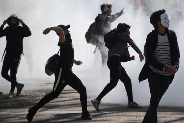 Estudantes atiram objetos durante manifestação contra reformas trabalhistas promovidas pelo governo em Montpellier, França. Foto: Sylvain Thomas/AFP  -