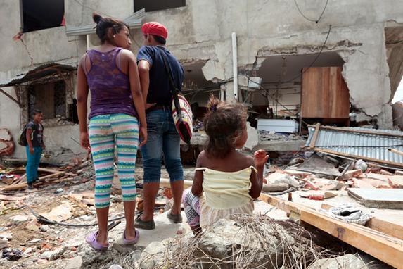 FOTOS DO DIA (As equipes de resgate e moradores procuraram v�timas no Jama , na prov�ncia costeira equatoriana de Manab�, dois dias ap�s um terremoto de 7,8 graus na escala Richter atingiu o pa�s.  FOTO AFP / Juan Cevallos )
