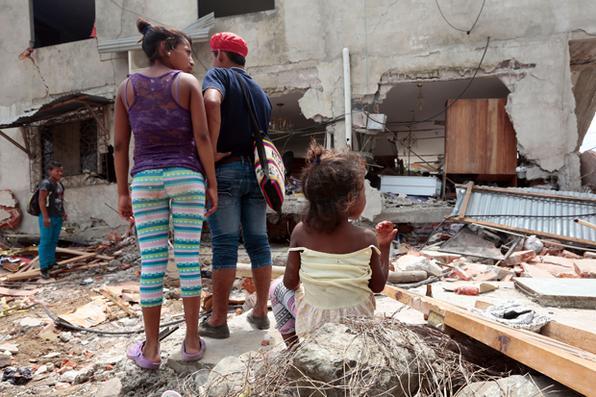 As equipes de resgate e moradores procuraram vítimas no Jama , na província costeira equatoriana de Manabí, dois dias após um terremoto de 7,8 graus na escala Richter atingiu o país.  FOTO AFP / Juan Cevallos  -  FOTO AFP / Juan Cevallos