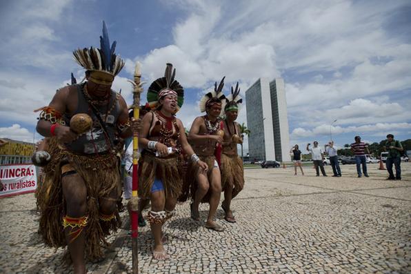 Índios fazem protesto contra a PEC 215 na Praça dos Três Poderes Foto: Marcelo Camargo/Agência Brasil -