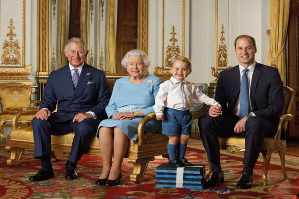 A Rainha Elizabeth II, que vai completar 90 anos, foi fotografada ao lado do filho Charles, do neto William e do bisneto George. Foto : AFP PHOTO / ROYAL MAIL.  -