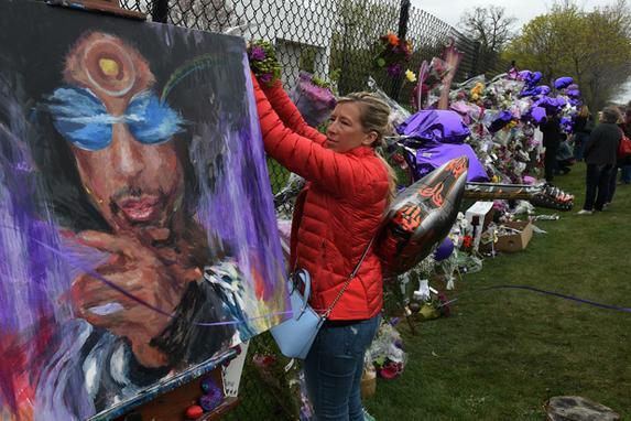 FOTOS DO DIA (F�s de Prince levam flores ao Memorial em sua homenagem no entorno do  Paisley Park .Foto: Mark Ralston/AFP )