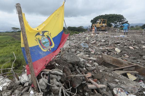 Moradores do Equador colocam bandeira em entulho causado por forte terremoto que matou cerca de 650 pessoas.FOTO AFP / Juan Cevallos - AFP / Juan Cevallos
