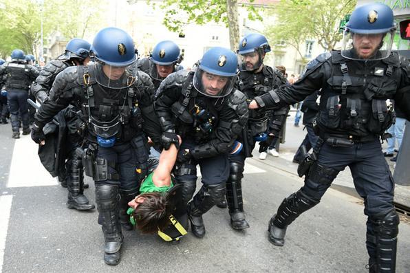 Polícia de choque francesa prende um homem durante manifestação contra as reformas trabalhistas propostas pelo governo francês em Lyon, sudeste da França. / AFP PHOTO / PHILIPPE DESMAZES   -