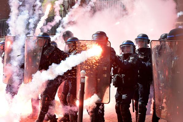 Policiais entram em confronto com manifestantes em uma manifestação tradicional do Dia do trabalhador, em Paris. FOTO: AFP PHOTO / MIGUEL MEDINA  -
