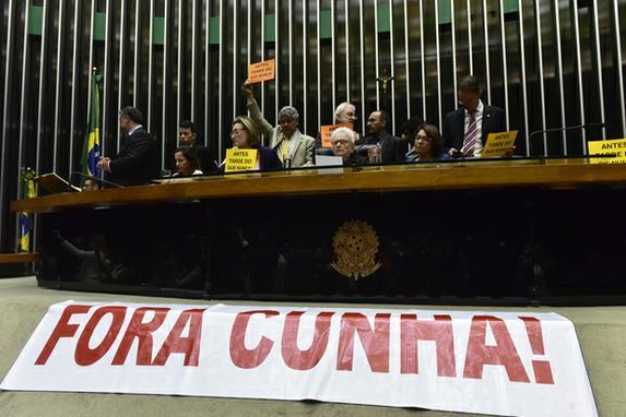 FOTOS DO DIA (Sess�o na C�mara do Deputados em dia que Eduardo Cunha foi afastado tem tumulto, ap�s vice-presidente da Casa encerrar sess�o. Foto: Zeca Ribeiro/C�mara dos Deputados)