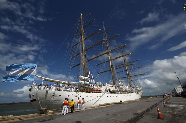 Chegada do navio Argentino Escola Fragata Libertad ao Porto do Recife.  - Foto: Paulo Paiva/DP