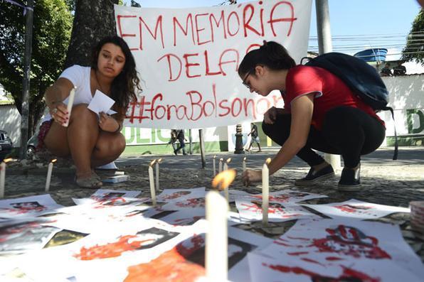 Ato em memória das mulheres vítimas da ditadura militar, em frente ao 1º Batalhão de Polícia do Exército, onde funcionou o antigo Doi-Codi, zona norte da cidade. Foto: Tânia Rêgo/Agência Brasil -