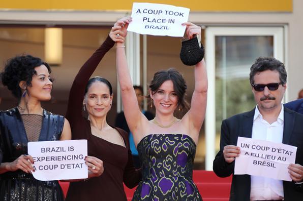 Sessão de gala de ''Aquarius'' , no 69º Festival Internacional de Filmes de Cannes, tem protesto conta o impeachment da presidente Dilma Rousseff . Foto: Valery Hache/AFP  -
