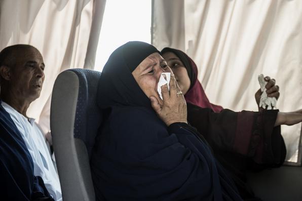 Parente de pessoa que estavam a bordo do voo MS804 da EgyptAir chora enquanto é transportada com outros familiares até local de atendimento da companhia aérea no Aeroporto Internacional do Cairo, no Egito.  Foto:  Khaled  Desouki/AFP  -