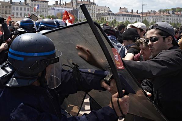 Mobilização contra a reforma trabalhista na França. Apesar dos protestos, o governo socialista de François Hollande voltou a defender o pacote de medidas e afirmou que não cederá à pressão. -