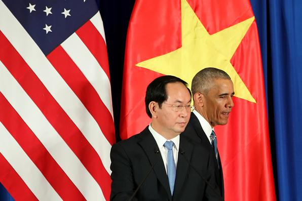 Presidente dos EUA, Barack Obama passa ao lado   do Presidente Tran Dai Quang do Vietnã  depois de uma conferência de imprensa no Centro Internacional de Convenções em Hanói. Foto: Luong Thai Linh/Pool/AFP   -