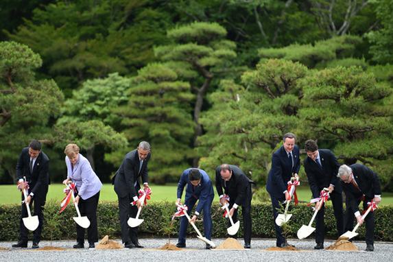FOTOS DO DIA (L�deres mundiais participam de uma cerim�nia de plantio de �rvores em raz�o de Ise- Jingu , na cidade de Ise em Mie no primeiro dia da conven��o de l�deres do G7 .  AFP PHOTO / Stephane De SAKUTIN )