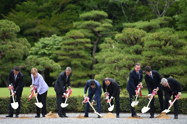 Líderes mundiais participam de uma cerimônia de plantio de árvores em razão de Ise- Jingu , na cidade de Ise em Mie no primeiro dia da convenção de líderes do G7 .  AFP PHOTO / Stephane De SAKUTIN -  AFP PHOTO / Stephane De SAKUTIN