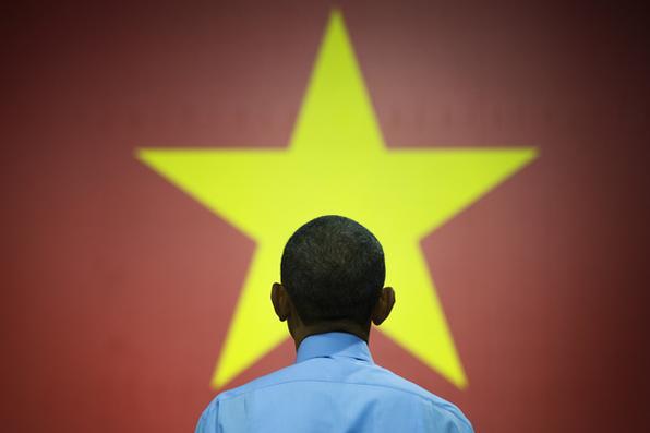 Presidente dos EUA Barack Obama diante da bandeira do Vietnã, em sua primeira visita presidencial ao país. FOTO: AFP PHOTO / JIM WATSON. -