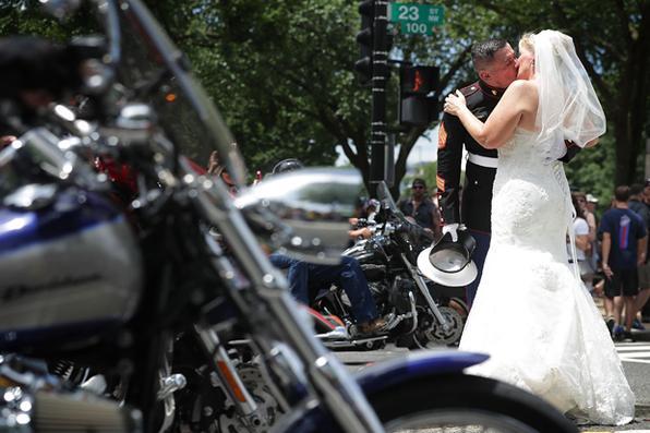 O sargento Tim Chambers, da marinha, beija sua noiva Lorraine Heist durante o anual Rolling Thunder Primeira Emenda Demonstração Run nos EUA. FOTO: Alex Wong / Getty Images / AFP PHOTOS. -