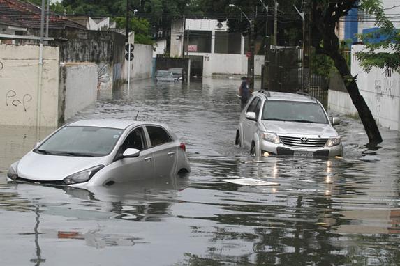 Chuva causa transtornos em Recife e Olinda ( A Apac emitiu na madrugada de hoje um alerta de chuvas fortes, que devem continuar por at� 24 horas. Foto: Julio Jacobina/DP)