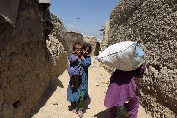 Crianças afegãs andam em um campo de refugiados em Cabul. AFP PHOTO / SHAH MARAI - AFP PHOTO / SHAH MARAI