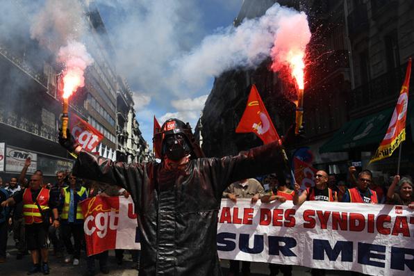 Homem usando uma máscara de Darth Vader durante uma manifestação contra as reformas da legislação laboral planejadas do governo francês. Foto: FOTO AFP / ANNE-CHRISTINE POUJOULAT. -