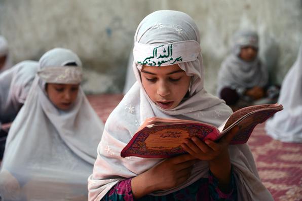 Meninas afegãs estudam o Corão em uma Madrassa durante o mês do Ramadã em Kandahar. Foto: Jawed Tanveer/AFP -
