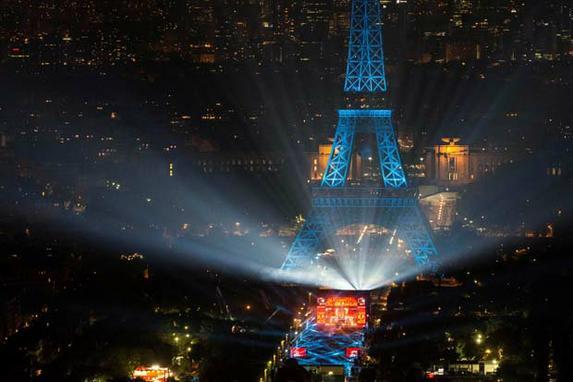 FOTOS DO DIA (Torre Montparnasse mostra o concerto de abertura Paris na Champs de Mars pela Torre Eiffel, em Paris, um dia antes do in�cio do campeonato de futebol Euro 2016 . / AFP PHOTO / GEOFFROY VAN DER HASSELT )