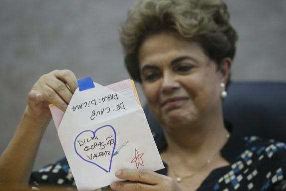 Visita da presidente afastada Dilma Rousseff ao Recife (Presidente afastada Dilma Rousseff recebe carta de crian�a durante Ato Mulheres pela Democracia contra � Viol�ncia,  em Recife. Foto: Rafael Martins/ DP.)