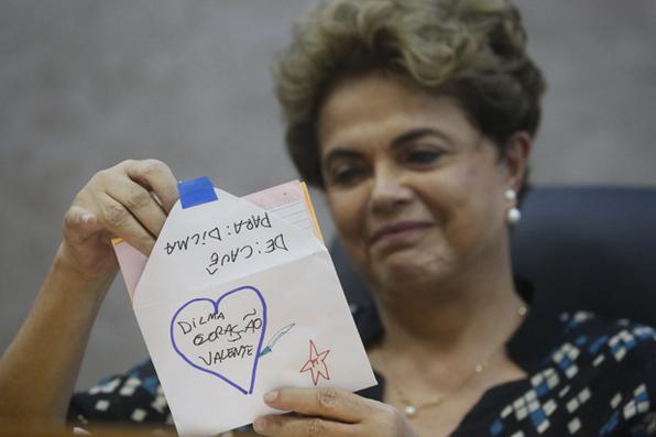 Presidente afastada Dilma Rousseff recebe carta de criança durante Ato Mulheres pela Democracia contra à Violência,  em Recife. Foto: Rafael Martins/ DP. -