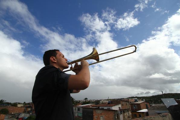 João Emanuel Nunes de Souza Silva, 17, morador da Comunidade Chico Mendes, em Areias, realizou seu sonho. Recebeu um trombone doado por um leitor do Diario, que acompanhou a história do estudante de música na edição da última segunda-feira. Foto: Peu Ricardo / DP. -