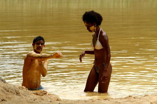 A série Rota Pernambuco traz um roteiro das belezas do estado. Na foto, banho de argila na Praia de Itapuama. Foto: Peu Ricardo/Esp. DP -