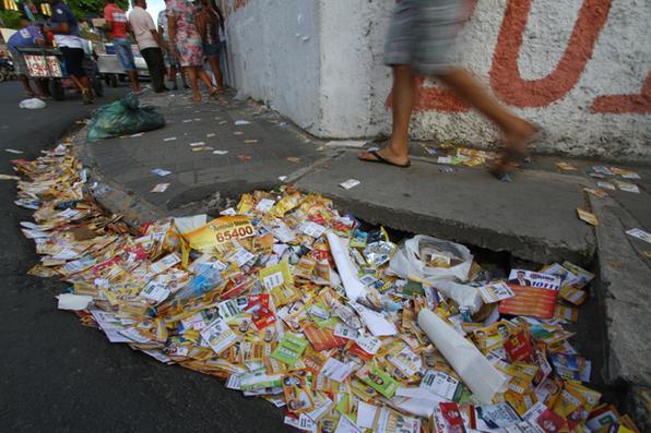Lixo eleitoral no bairro do Arruda. Foto: Rafael Martins/Esp. DP -