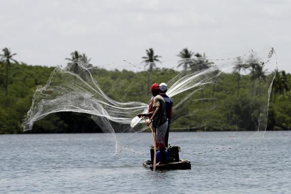 Rotas de Pernambuco (A s�rie Rota Pernambuco traz um roteiro das belezas do estado. Na foto, Na foto, pescadores na Praia de Toquinho, em Sirinhaem. . Foto: Ricardo Fernandes DP)