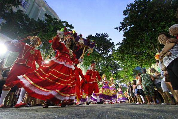 Desfile do Maracatu A Cabra Alada, no bairro do Recife Antigo, na semana pré carnaval. Foto: Paulo Paiva / Diario de Pernambuco. -