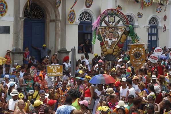 O bloco Bacalhau do Batata desfila pelas ladeiras de Olinda arrastando uma multidão de foliões na quarta-feira de cinzas.Foto: Ricardo Fernandes/DP -