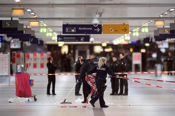 Um homem de 36 anos originário da antiga Iugoslávia e manifestadamente doente psiquiátrico feriu nove pessoas com um machado na principal estação de trens de Dusseldorf, oeste da Alemanha. Foto:  AFP PHOTO / dpa / Federico Gambarini / Germany OUT -