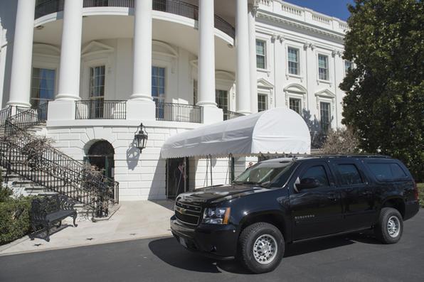 Um homem carregando uma mochila foi preso depois de violar a segurança no complexo da Casa Branca e foi descoberto por um oficial do Serviço Secreto.  - AFP PHOTO / SAUL LOEB