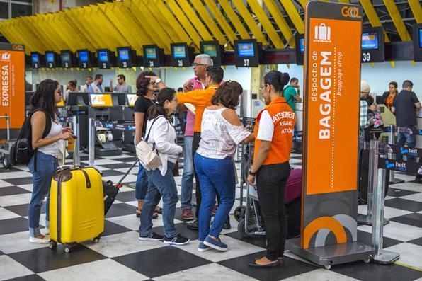 Está prevista para entrar em vigor  amanhã, dia 14, a Resolução de nº 400/2016, da Agência Nacional de Aviação Civil, Anac, que autoriza a cobrança por bagagens despachadas pelas companhias aéreas. A medida vai alcançar as viagens com passagens adquiridas a partir dessa data. Entretanto, o Ministério Público Federal  de São Paulo e os Procons de São Paulo e Pernambuco já se mobilizaram para tentar impedir a cobrança. Foto: SUAMY BEYDOUN/AGIF/ESTADÃO CONTEÚDO -