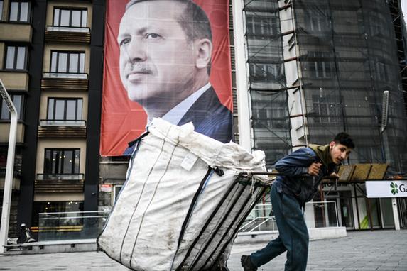 FOTOS DO DIA (A Turquia realizará seu referendo constitucional em 16 de abril de 2017. As mudanças controversas procuram substituir o sistema parlamentar e passar para um sistema presidencial que daria ao presidente Recep Tayyip Erdogan autoridade executiva. Foto:  AFP PHOTO / BULENT KILIC)