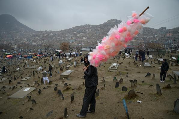 Um vendedor afegão vende algodão doce em Cabul  durante as festividades de Nowruz, um dos maiores festivais da nação assolada pela guerra. Foto: AFP PHOTO / Shah MARAI -