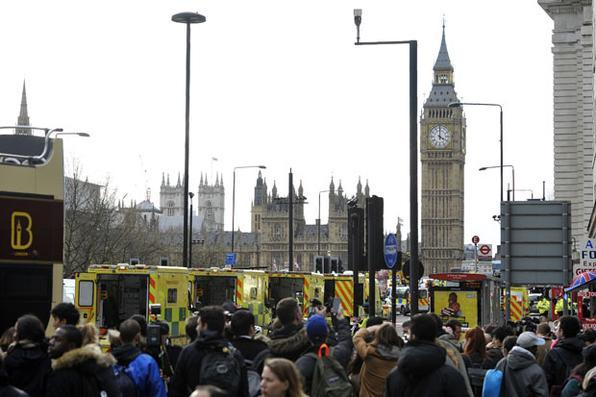 Em Londres, quatro pessoas morreram e várias pessoas ficaram  feridas  quando um homem atropelou pedestres ante o Parlamento britânico, antes de esfaquear um policial.  Foto: AFP PHOTO / NIKLAS HALLE'N -