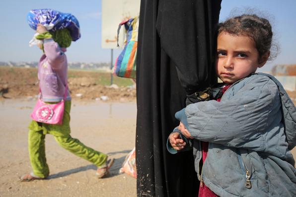 Os iraquianos caminham em direção aos campos de refugiados depois de fugirem de sua cidade durante as ofensivas do governo para retomar a cidade dos combatentes do grupo islâmico (IS). Foto: AHMAD AL-RUBAYE / AFP -  AFP PHOTO / AHMAD AL-RUBAOYE