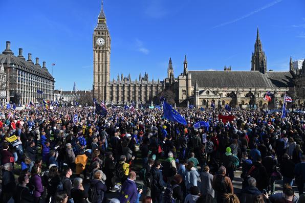 Milhares de pessoas se reuniram neste sábado em vários pontos de Roma em marchas organizadas contra e a favor da União Europeia (UE), que celebra o 60º aniversário da assinatura do tratado que deu origem à entidade. Foto: AFP PHOTO / Chris J  -
