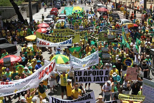 Passeata do Movimento Vem Pra Rua contra a corrupção e em apoio à Lava Jato,  em Boa Viagem.Foto: Julio Jacobina/DP -