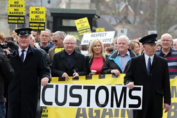 """FOTOS DO DIA ( Grã-Bretanha lança o processo para deixar a União Européia , dizendo que não haverá """"volta atrás"""" do movimento histórico que dividiu o país e jogou o futuro do bloco em questão. Foto: AFP FOTO / Paul FAITH)"""